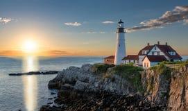 在波特兰灯塔的日出在海角伊丽莎白,缅因,美国 免版税库存照片