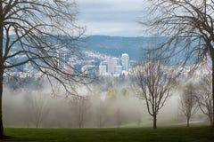 在波特兰都市风景的有雾的早晨视图 免版税库存图片