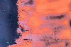 在波纹状的金属房屋板壁纹理背景的切削的油漆 免版税库存图片