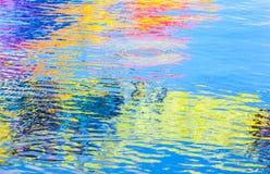 在波纹水表面的五颜六色的反射 免版税库存照片