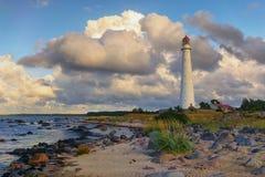 在波罗地的沙丘的古老灯塔 免版税库存图片