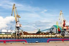 在波罗地的港的货物起重机反对蓝天的在su 库存照片