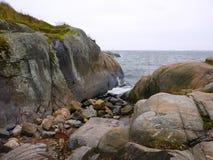 在波罗的海岸的岩石 库存照片