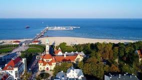在波罗的海波兰和海岸的索波特手段有温泉、码头和海滩的 股票视频