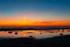 在波罗的海海滩的壮观的夏令时日落 严重的天空 免版税库存照片