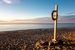 在波罗的海的一个沙滩的Lifebuoy在丹麦 图库摄影