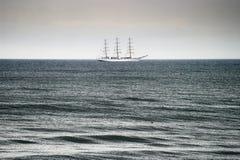 在波罗的海的帆船 三被上船桅的装备完整的大型驱逐舰船在公海的Dar Mlodziezy 免版税库存照片