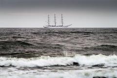 在波罗的海的帆船 三被上船桅的装备完整的大型驱逐舰船在公海的Dar Mlodziezy 库存照片