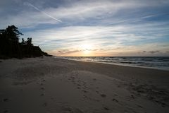 在波罗的海的日落在Karwienskie Blota 2018年 免版税库存图片