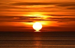 在波罗的海的明亮的日出在格丁尼亚,波兰 免版税图库摄影