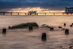 在波罗的海的栈桥日出有剧烈的背景 库存照片