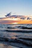 在波罗的海的美好的日落有云彩和射线的, Jurmala Dzintari 免版税库存照片