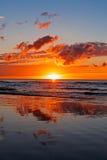 在波罗的海的美好的日落有云彩和射线的, Jurmala Dzintari 库存照片