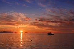 在波罗的海的美好的橙色日落 图库摄影