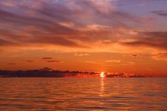 在波罗的海的美好的橙色日落 免版税库存照片