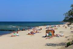 在波罗的海的银行的暑假在市Zelenogradsk 免版税库存图片