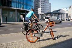 在波茨坦广场的出租自行车在柏林 库存照片