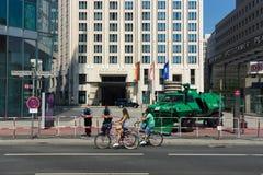 在波茨坦广场附近的警察封销线 免版税图库摄影