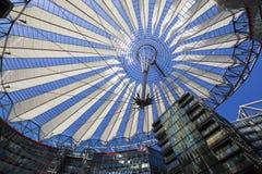 在波茨坦广场顶房顶建筑在索尼中心中在柏林 免版税库存图片