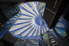 在波茨坦广场顶房顶建筑在索尼中心中在柏林 图库摄影