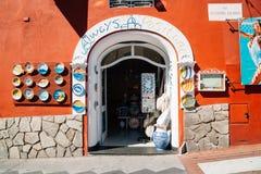 在波西塔诺海滨村庄的纪念品店在波西塔诺,意大利 免版税图库摄影