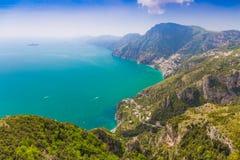 在波西塔诺镇的美丽的景色从神的道路,阿马飞海岸, Campagnia地区,意大利 库存图片