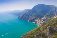 在波西塔诺镇的美丽的景色从神的道路,阿马飞海岸, Campagnia地区,意大利 库存照片