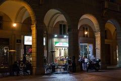 在波隆纳,意大利街道上的夜生活  库存照片