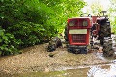 在泥困住的拖拉机 免版税库存图片