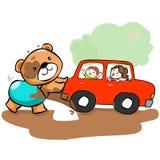 在泥困住的逗人喜爱的熊帮助汽车 库存照片