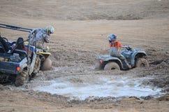 在泥困住的ATV夫妇 免版税图库摄影