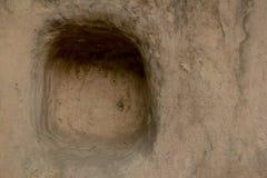 在泥墙壁的孔 库存照片