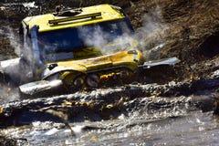 在泥横穿的极端越野汽车 库存照片
