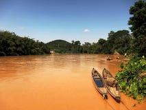 在泥泞的河的小船 库存图片