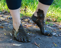 在泥特写镜头的脚 免版税图库摄影