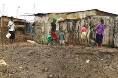 在泥的儿童步行 免版税图库摄影