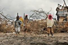 在泥的儿童步行 免版税库存图片