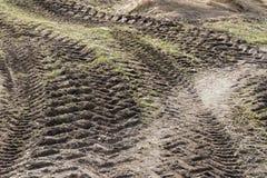 在泥的弯曲的拖拉机轨道 库存照片