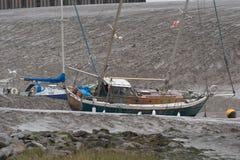 在泥的搁浅的游艇 免版税库存图片