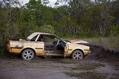 在泥的被放弃的被击毁的汽车 免版税库存照片