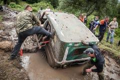 在泥的越野战利品UAZ 469 stucks挖坑 库存图片