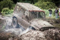 在泥的越野战利品UAZ 469 stucks挖坑 免版税图库摄影