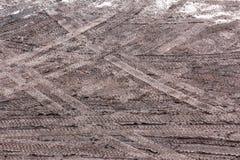 在泥的轮胎跟踪 免版税库存照片
