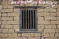 在泥砖墙上的视窗 免版税库存图片