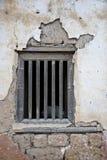 在泥砖墙上的视窗 库存照片