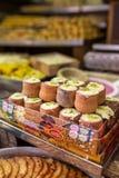 在泥罐的传统印地安甜Minta达西酸奶 免版税库存图片