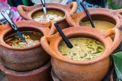在泥罐的泰国咖喱 库存照片