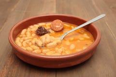 在泥罐的阿斯图里亚斯豆炖煮的食物 库存照片
