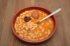 在泥罐的阿斯图里亚斯豆炖煮的食物 免版税图库摄影