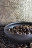 在泥罐v的咖啡豆 免版税库存图片